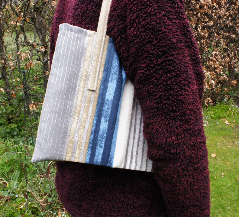 Simple tote Bag in use